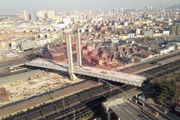 世界最重专题桥跨越京沪铁路,历时100分钟